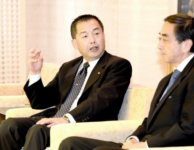 西川一誠福井県知事と懇談するJALの大西賢会長(左)=27日、福井県庁
