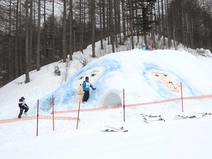 八千穂高原スキー場に登場した来年のえと、猿の顔