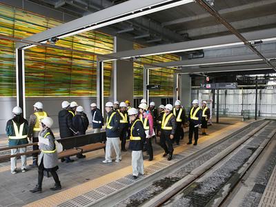 ガラス装飾壁 光の演出 富山駅の市電停留場