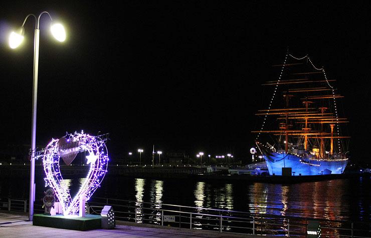 ハート形イルミネーションが設置され、ロマンチックな雰囲気の海王丸パーク。2月7日からバレンタイン企画を行う