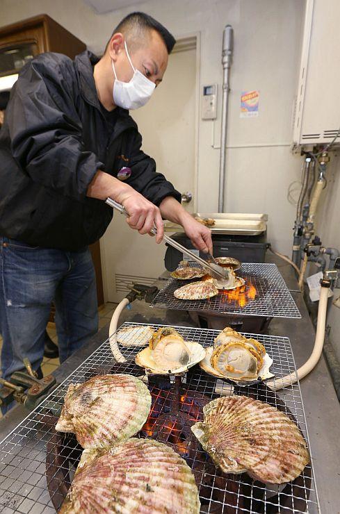 フェアの独自メニュー開発に向け、試食会で調理した大槌産ホタテ=長岡市中央公園