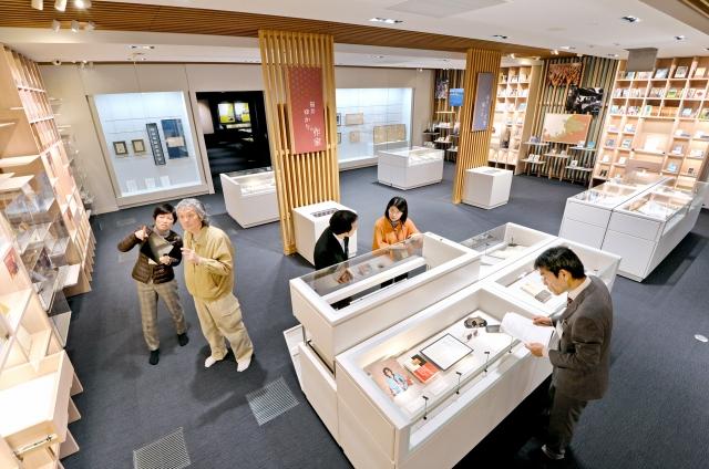 1日のオープンを前に、準備が進む県ふるさと文学館の館内=1月29日、福井市下馬町
