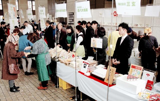 福井市の「ふくいの恵み」認定商品がずらりと並んだ販売会=29日、福井市役所
