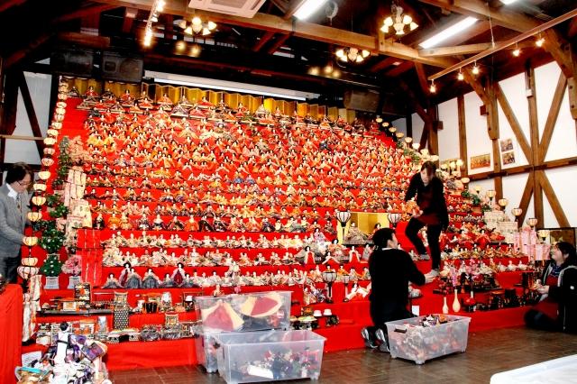祭り開幕に向け大詰めを迎えている20段のひな壇作り=29日、福井県大野市の平成大野屋平蔵