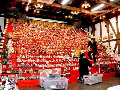 20段、2000体のジャンボひな壇登場 福井県大野でまつり