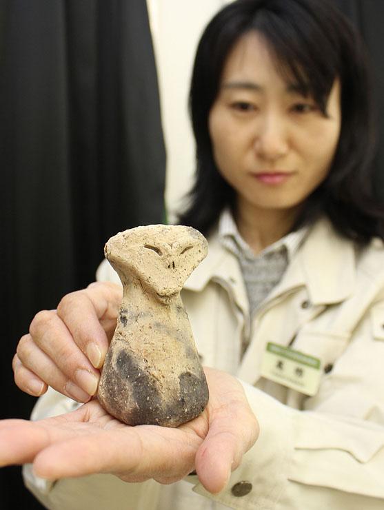 徳万頼成遺跡で見つかった土偶=県文化振興財団埋蔵文化財調査事務所