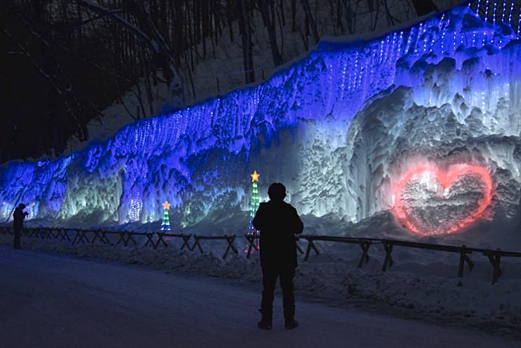 LEDが点灯された氷柱イルミネーション