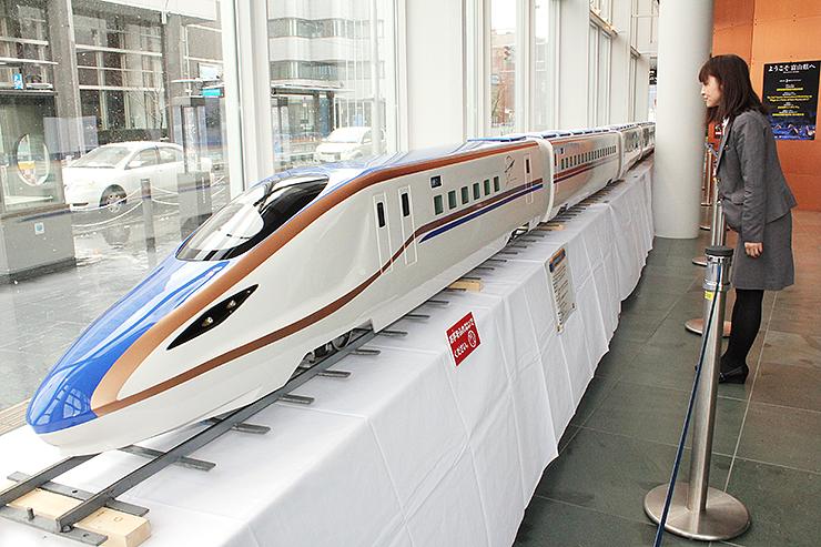 展示された北陸新幹線W7系車両の模型