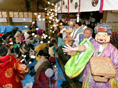 息災願い「福は内」 金沢市の石浦神社で豆まき