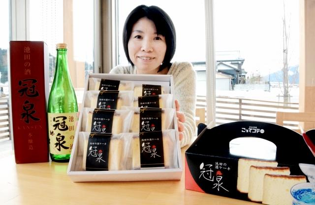 冠泉(左)を生地に加えたケーキ=29日、福井県池田町薮田のまちの駅内「こってコテいけだ」