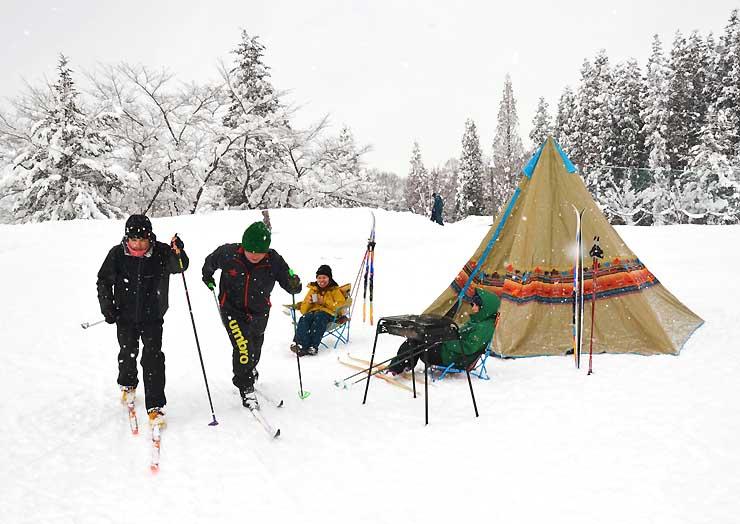 山ノ内町北小学校のグラウンドでクロスカントリースキーをする町民ら