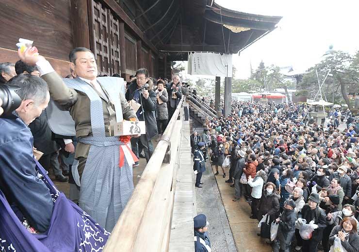 福を求める人たちが、俳優の松平健さんの豆まきに手を伸ばした