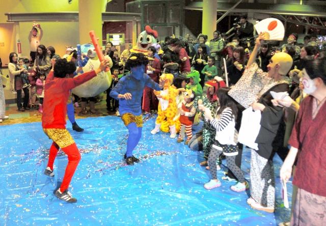 仮装して豆まきをする旅館関係者や市民ら=2014年2月1日夜、福井県あわら市のセントピアあわら