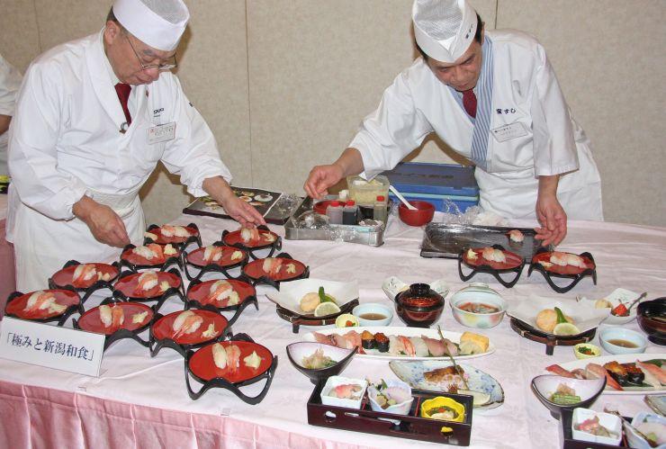 テーブルに並んだ「新潟和食」=4日、田上町