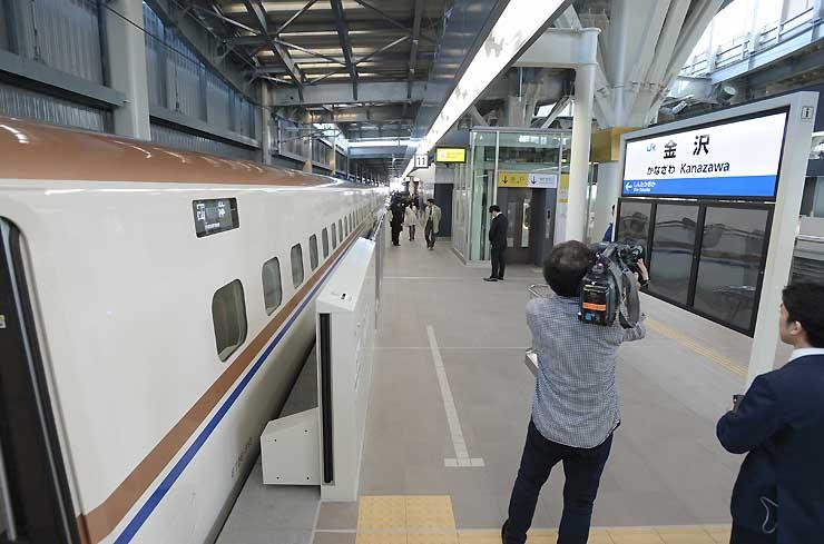 報道向け試乗会でE7系が到着した金沢駅=5日午後0時3分、金沢市