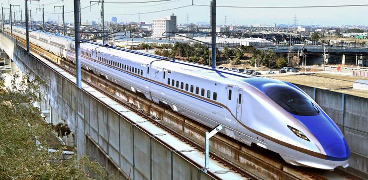 報道陣を乗せ、長野へ向かう北陸新幹線W7系=5日午前10時、金沢市梅田町