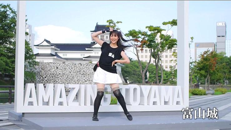 富山城でダンスを披露するぶらっくすわんさん