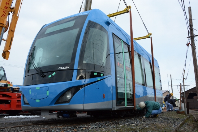 新たに導入される鮮やかなブルーの福井鉄道の「FUKURAM」=5日、越前市北府2丁目