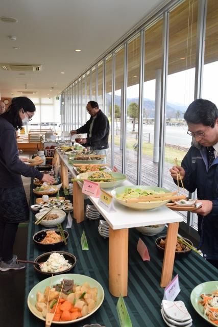 地場産野菜を使った約40種類のメニューが並ぶバイキング=5日、小浜市の市営レストラン「濱の四季」