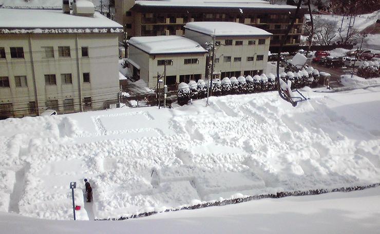 雪のカーニバルに合わせて登場した巨大迷路