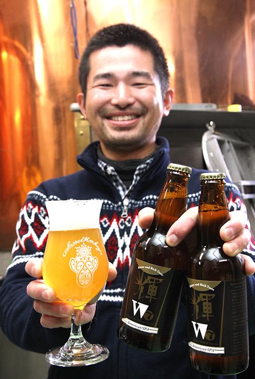 新商品「輝W7」を手にする醸造責任者の山本さん