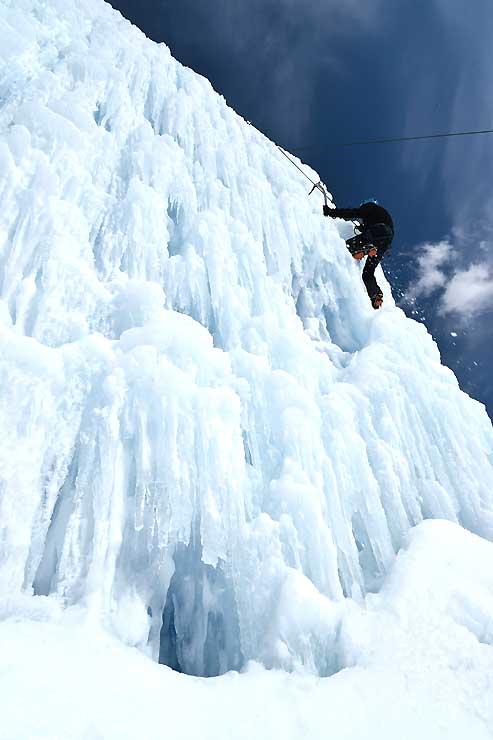 開田高原マイアスキー場の一角にある人工氷壁「マイアアイスバーグ」=4日午後、木曽町