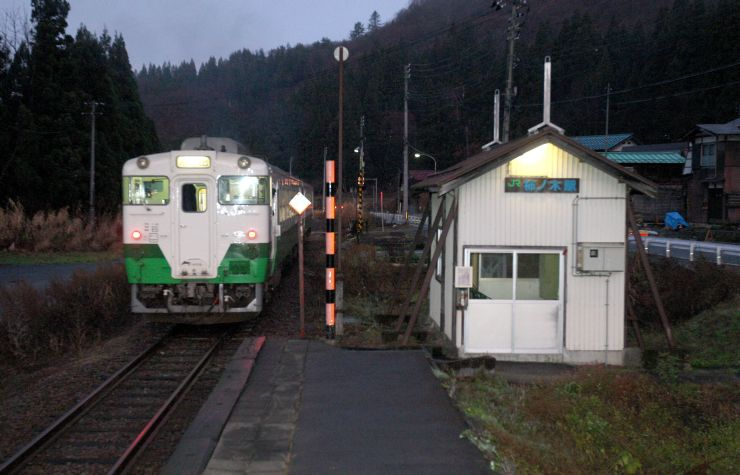 3月13日で廃止されることになった只見線の柿ノ木駅=2009年、魚沼市