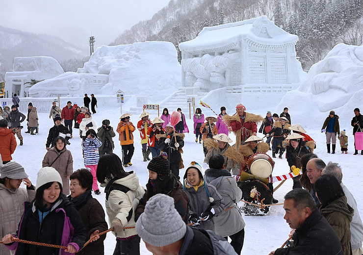 雪像が並ぶ会場で、来場者も参加して行われた伝統の「丑曳(うしひ)き」