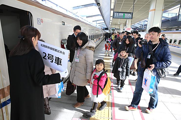 一般向け試乗会で長野駅発の新型車両W7系に乗り込む人たち=7日午前10時21分