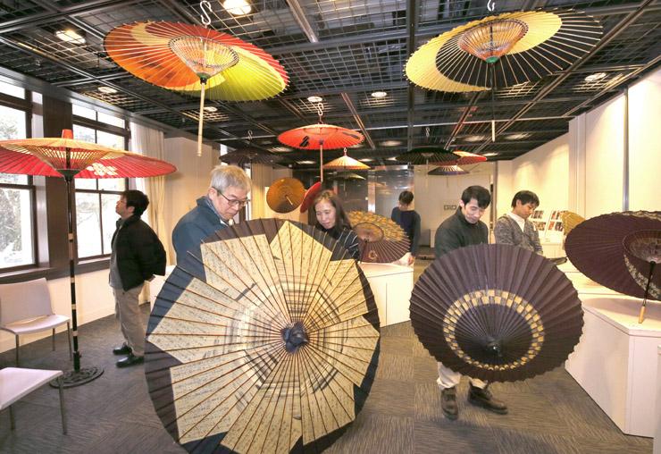 展示された華やかな和傘=しいのき迎賓館