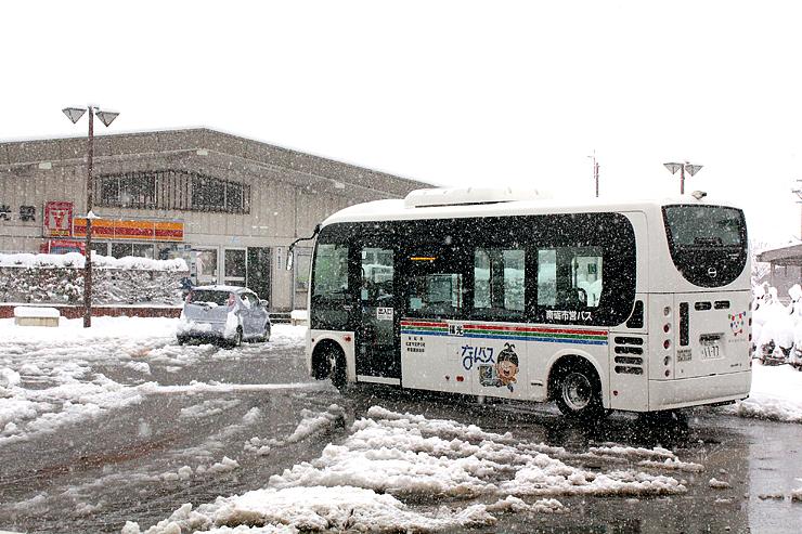 新幹線からJR城端線に乗り継いだ観光客の利用が無料となる南砺市営バス=JR福光駅前
