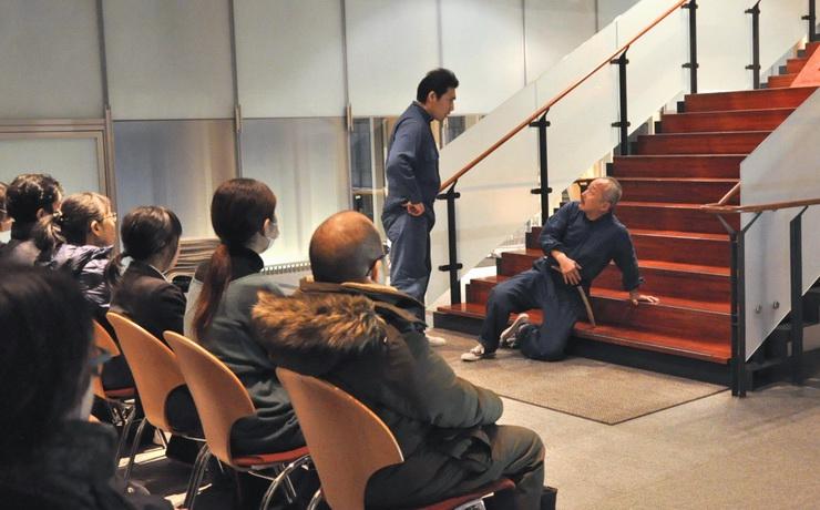 松本市美術館の階段前で稽古中の一場面を披露する役者たち