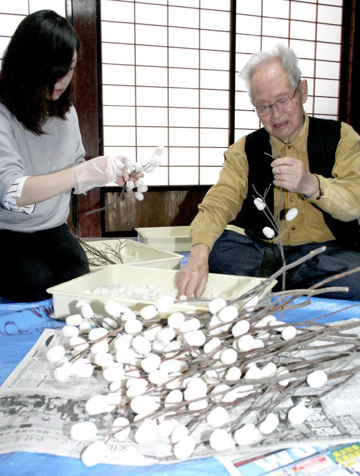 繭玉団子の飾りを作る春風さん(右)と美紗子さん=白山市白峰