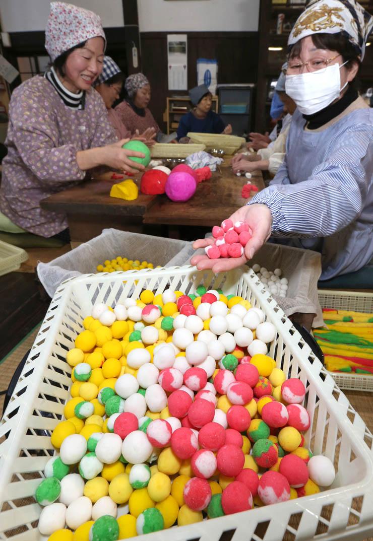 檀信徒が作った色とりどりの涅槃団子=12日午前10時40分、金沢市長坂町の大乘寺