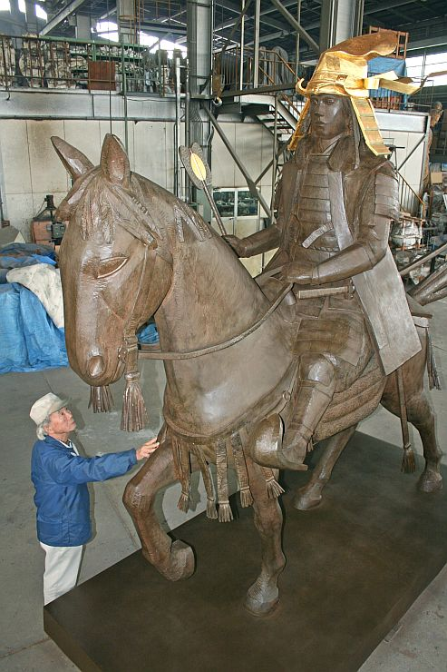富山県の工場で完成した上杉謙信のブロンズ像=12日、富山県立山町