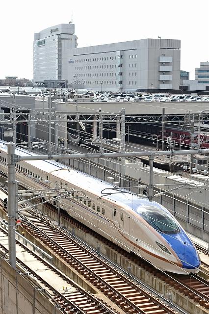 報道関係者向けの試乗会でJR金沢駅を出発する北陸新幹線W7系。金沢開業を、首都圏から福井に観光客を呼び込むチャンスにできるかが課題だ=5日