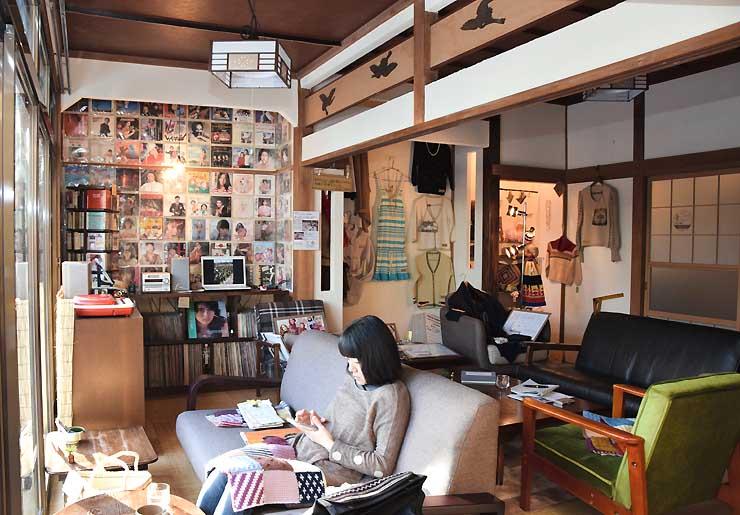 レコードのジャケットなどが飾られた「実家カフェ」。庭に面し、窓から日差しが入る