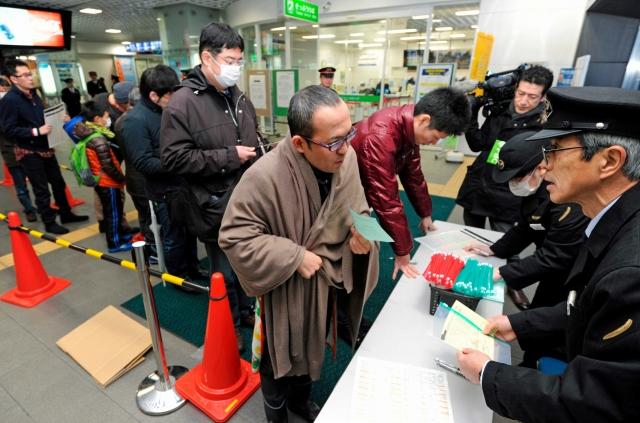 北陸新幹線開業日の指定席切符を予約する利用客=14日午前7時5分ごろ、JR福井駅
