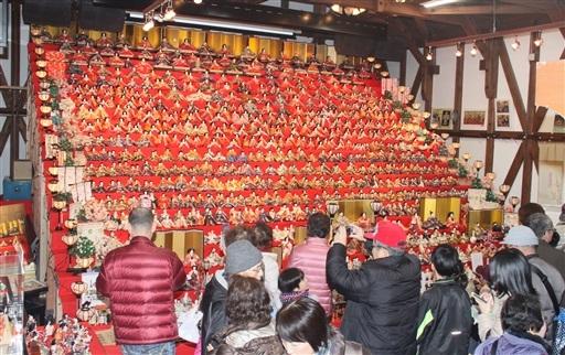 20段ひな壇の2千体が来場者をお出迎え=福井県大野市