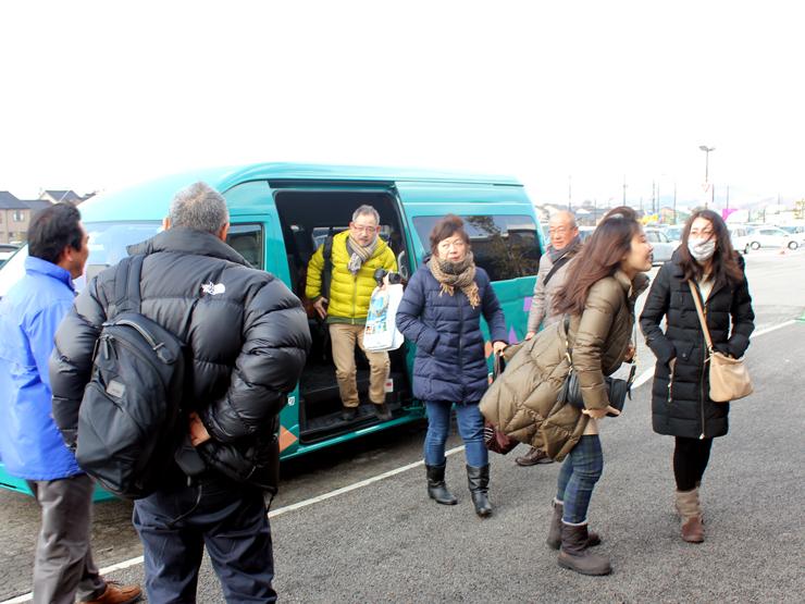 ひみ番屋街に到着した観光ツアーの参加者=氷見市北大町
