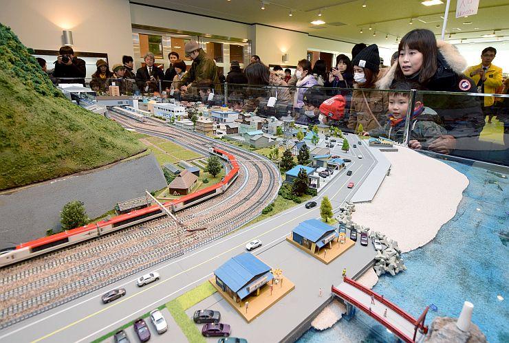 オープンした「ジオパル」に設置された鉄道ジオラマ=14日、糸魚川市