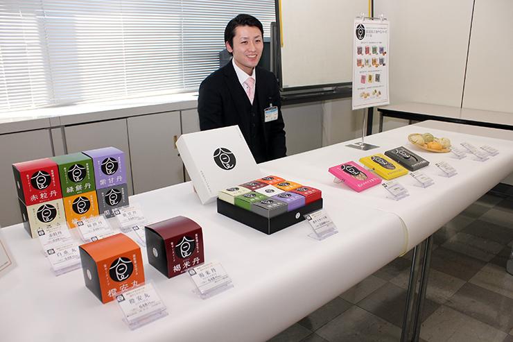 19日に発売される「食やくシリーズ」の新商品。左側は「スイーツ」で、右側は「オツマミ」と「和風点心」=富山市役所