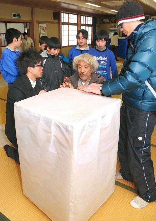 小林康生さんと小型熱気球を作る子どもたち=14日、柏崎市高柳町岡野町