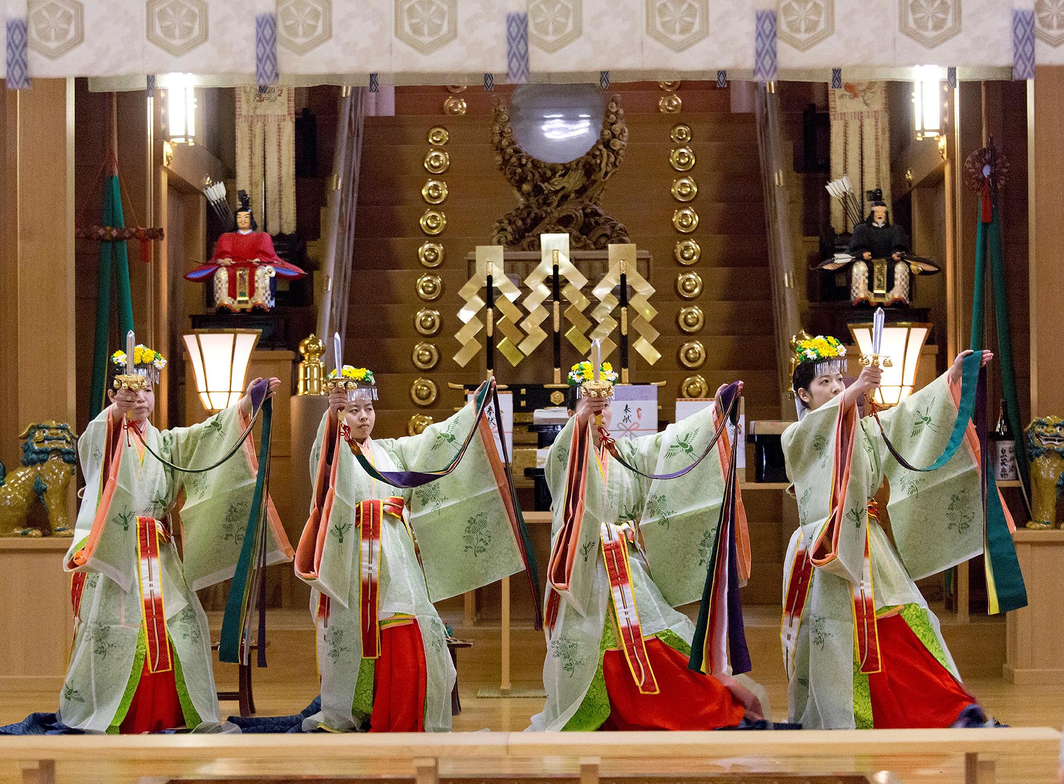 神楽「浦安の舞」を奉納する舞女=白山市の白山比咩神社