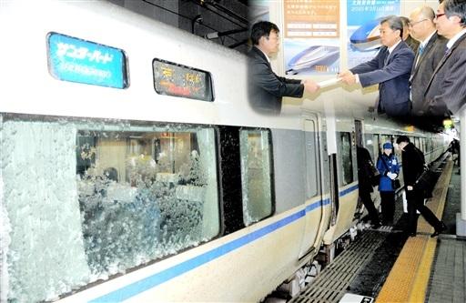 JR金沢駅で停車する富山行きサンダーバード。金沢開業後は乗り換えが必要になる。(右上は敦賀開業後の乗り換え問題で福井県に要望する市民団体)=コラージュ