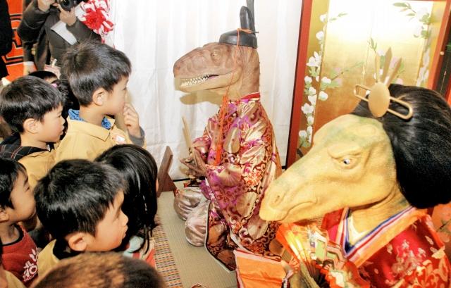恐竜ひな人形を眺める園児たち=17日、福井県勝山市の県立恐竜博物館