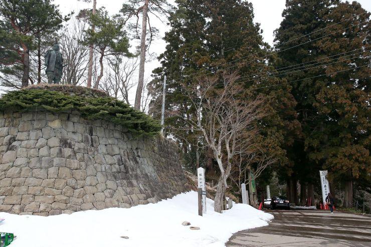 市などが観光の柱とする春日山城。案内板設置など誘客に向けた整備が進められている=上越市