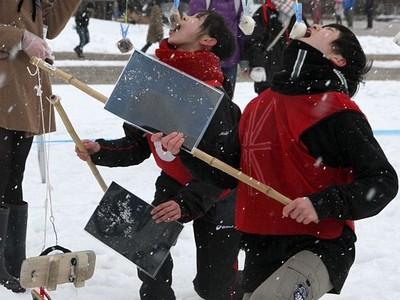 下駄に感謝 雪上の熱戦 月岡温泉で「どんど祭り」