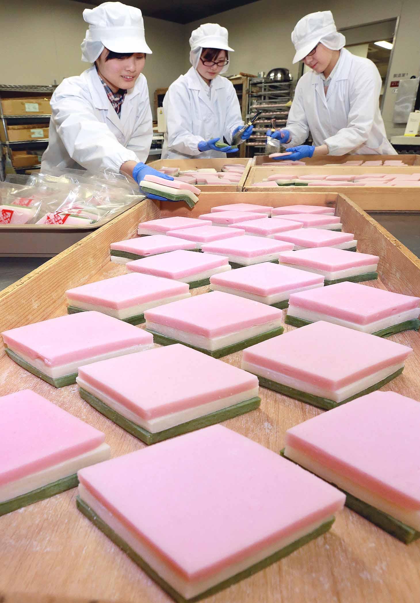 ひし餅作りに励む従業員=金沢市内の和菓子店