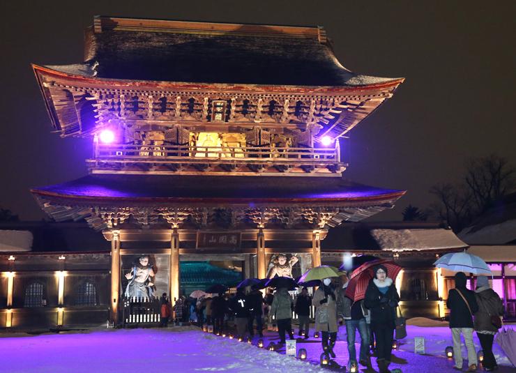高岡市の歴史観光の目玉となっている国宝瑞龍寺。毎年、夏と冬には伽藍を照らす「夜の祈りと大福市」が開かれる=2月14日、高岡市関本町